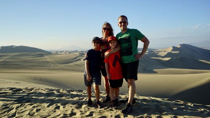 Ica - Photo de famille sur les dunes