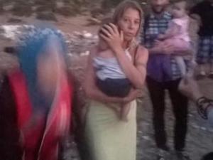 Carlotta Dazzi aiuta dei profughi nell'isola di Kos