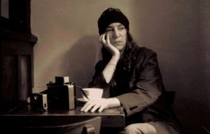 - Patti Smith, seduta al Cafè' Ino di New York