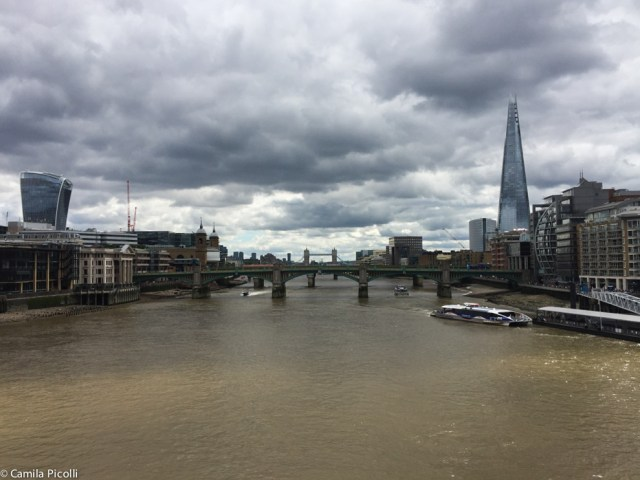 "Vista da Millenium Bridge - à esquerda da foto está o "" Walkie-Talkie"" (margem norte do Tâmisa) e à direita o The Shard (margem sul do Tâmisa). Ao fundo (beeeem ao fundo) a Tower Bridge."