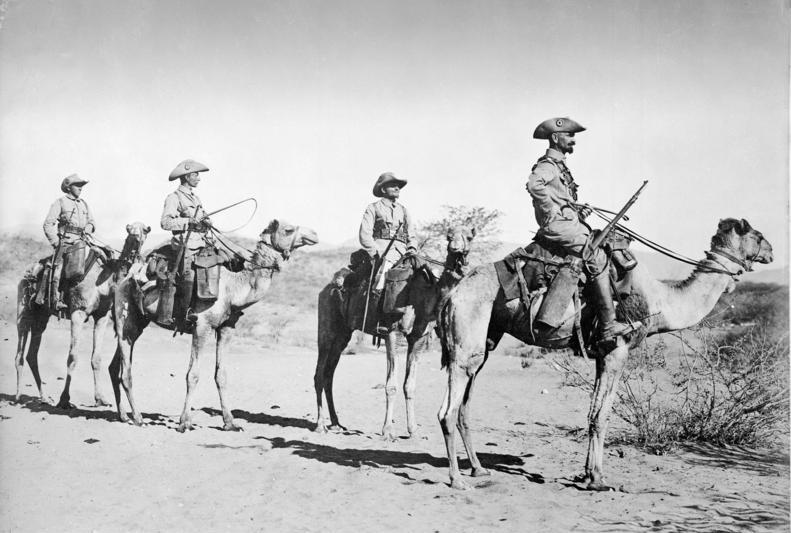 Cuatro soldados alemanes en una patrulla de camellos, Schutztruppe, en 1906, en plena época colonial. Autor:  Walther Dobbertin. Fuente: Bundesarchiv, Bild 105-DSWA0095 (CC BY-SA 3.0)