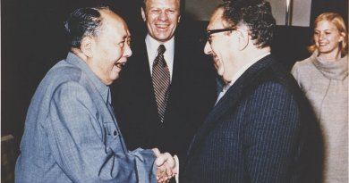 Gerald Ford watches as Henry Kissinger shakes hands with Mao Zedong, December 2, 1975. Photo: Courtesy Gerald R. Ford Library, Wikipedia Commons.