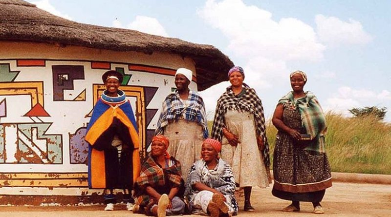 Women at the Ndebele Cultural Village, Loopspruit, Gauteng, South Africa. Photo by Loopspruit, Wikipedia Commons.