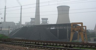 An operating coal power plant in China. Photo by Tobixen, Wikipedia Commons.