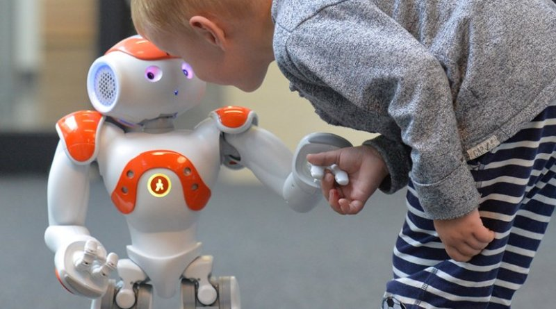 In a new EU project, Bielefeld researchers are investigating how the robot Nao can help children learn a language. Photo: CITEC/Bielefeld University