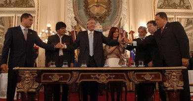 Rafael Correa, Evo Morales, Néstor Kirchner, Cristina Fernández, Luiz Inácio Lula da Silva, Nicanor Duarte, and Hugo Chávez at the signing of the founding charter of the Bank of the South. Photo Credi: Presidency of the Nation of Argentina, Wikipedia Commons.