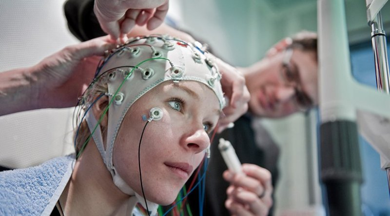 Preparation of an EEG recording. It is used for a Microstate analysis in order to depict processes in the brain temporally and spatially. © University of Bern / Adrian Moser.