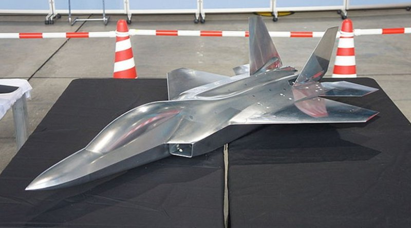 Line drawing of side view of Japan's jet fighter X-2 Shinshin. Graphic by Hunini, Wikipedia Commons.