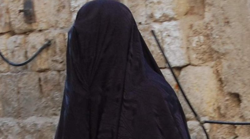 Woman wearing burqa. Photo by Zivya, Wikipedia Commons.