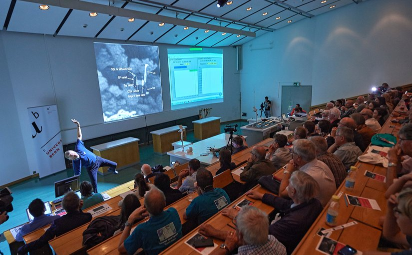 Prof. Nicolas Thomas of the Center for Space and Habitability (CSH) demonstrated how Rosetta's Lander «Philae» is now lying on comet 67/P. The data of ROSINA sent during the descent was shown on the right. Photo: UniBE / Adrian Moser.
