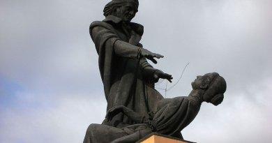 Statue of Aba de Faria next to old Secreteriate. File photo by Vn Nilesh, Wikipedia Commons.