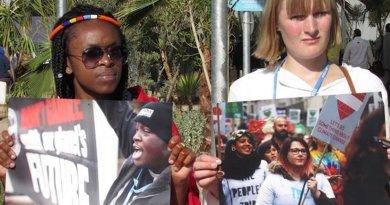 Two women protest. Photo credit: Fabiola Ortiz
