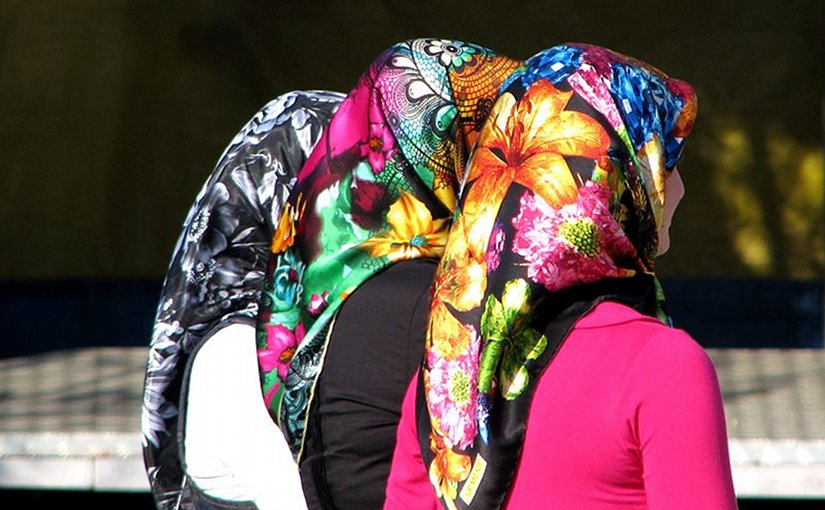 Women in Turkey wearing modern headscarves (echarpe). Photo by ozgurmulazimoglu, Wikipedia Commons.