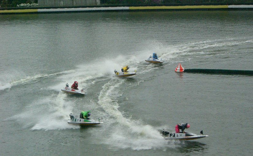 Boat race competitors fly around the corner at Suminoe, Japan. Photo by MASA, Wikipedia Commons.