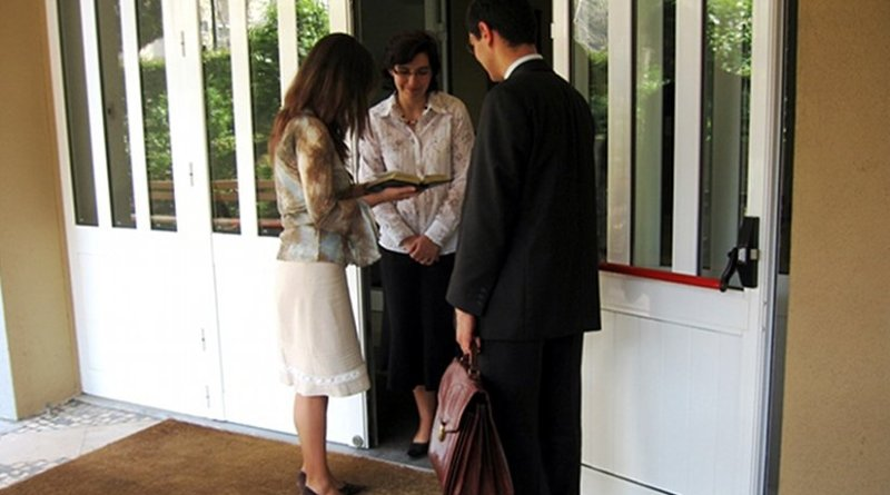 Typical preaching work of Jehovah's Witnesses. Photo by Steelman, Wikipedia Commons.