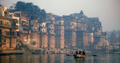 The Ganges (Ganga) River, Varanasi, Uttar Pradesh, India. Photo by Babasteve, Wikimedia Commons.