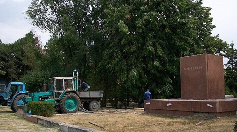 Photo of local administration workers dismantling Lenin's statue in Falesti, Moldova. Photo: Sergey Korolyuk, Facebook, via Balkan Insight.