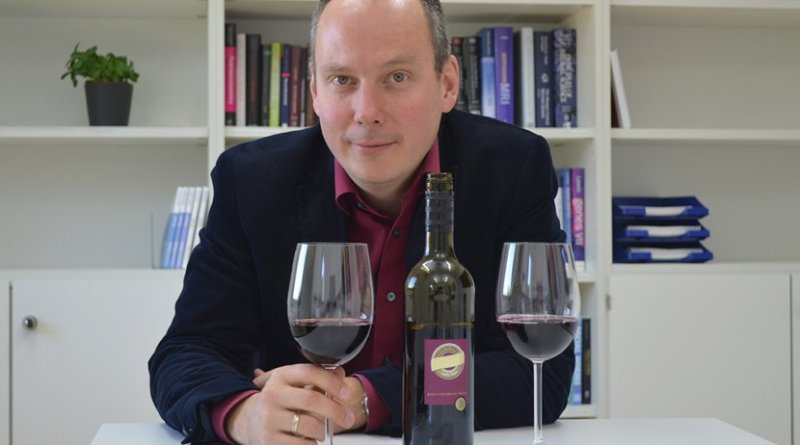 Prof. Bernd Weber from the Center for Economics and Neuroscience at the University of Bonn with red wine, like the wine he used for the tasting with the subjects. © Foto: Xenia Grote