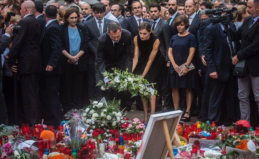 The King and the Queen of Spain depositing a wreath with the President of Catalonia, the Mayor of Barcelona and the Deputy Prime Minister of Spain. Photo by GeoBio, Wikipedia Commons.