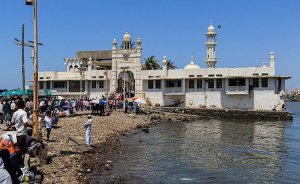 Haji Ali Dargah Mosque in Mumbai, India. Photo by A.Savin, Wikimedia Commons.