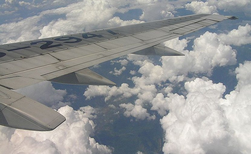 Airplane flying over China. Photo by 陳炬燵, Wikimedia Commons.