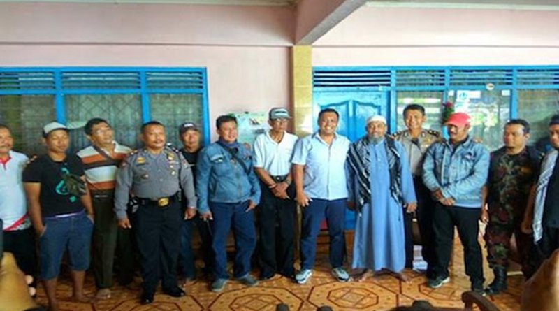 Parishioners and Muslims pose for a photo after settling a dispute involving social work by Catholic parishioners among Muslim communities in Yogyakarta. (Photo supplied via UCAN)
