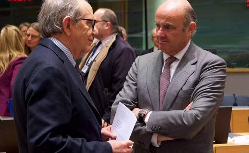 Spain's Economic Affairs Minister Luis de Guindos and his Italian colleague Pier Carlo Padoan,, during the last Eurogroup meeting. Photo: European Council