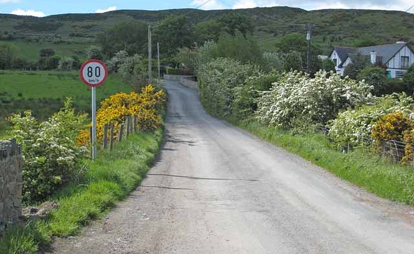 The border at Killeen (North Ireland) (viewed from the UK side) marked only by a metric (km/h) speed limit sign. Photo by Oliver Dixon, Wikipedia Commons.