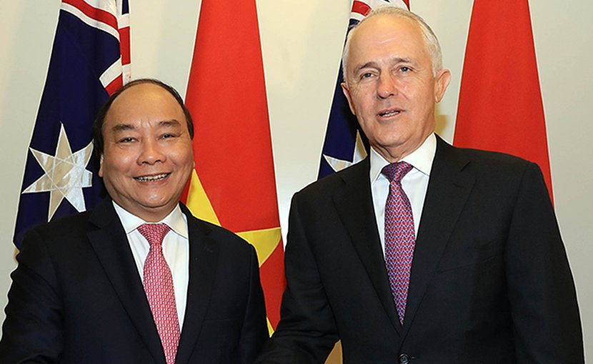 Vietnam's PM Nguyen Xuan Phuc (left) shakes hands with Australian PM Malcolm Turnbull in Canberra. Photo: VGP