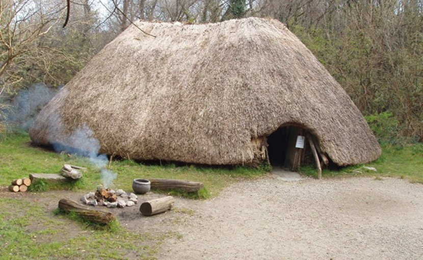 Reconstruction of an early Irish farmer's hut – Irish National Heritage Park. Photo Credit: David Hawgood, Wikipedia Commons.