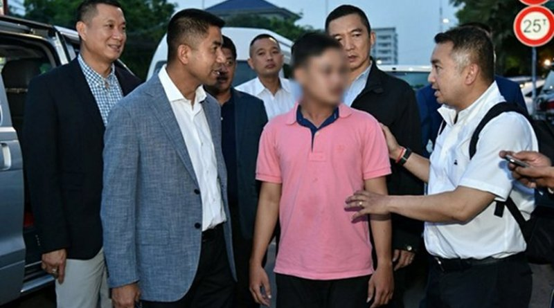 Thai police Maj. Gen. Surachate Hakpal (second from left) takes Ratanak Heng (wearing pink shirt) under his custody in Phnom Penh, May 31, 2018. Thai authorities blurred the suspect's face in this handout photo. Courtesy of Thailand's Tourist Police Bureau
