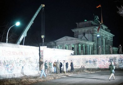 A crane removes a section of the Wall near Brandenburg Gate in Berlin on 21 December 1989. Source: Wikimedia