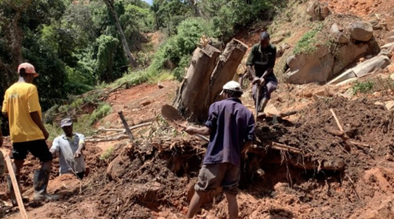 Residents searching for a victim after Idai triggered a landslide in Chimanimani District, Zimbabwe. Photo Credit: Columbus Mavhunga/VOA