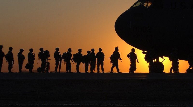 US soldiers military boarding airplane