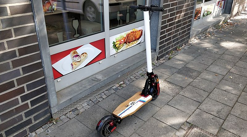 An electric scooter. Photo Credit: Singaporeriders, Wikipedia Commons