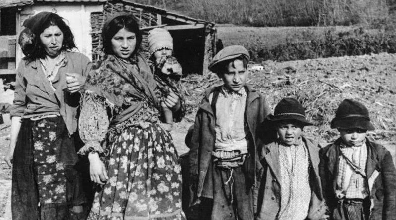 Roma women and children in Zagreb in 1941. Photo: Wikimedia Commons/Bundesarchiv, Bild 183-2004-0203-502/CC-BY-SA 3.0.