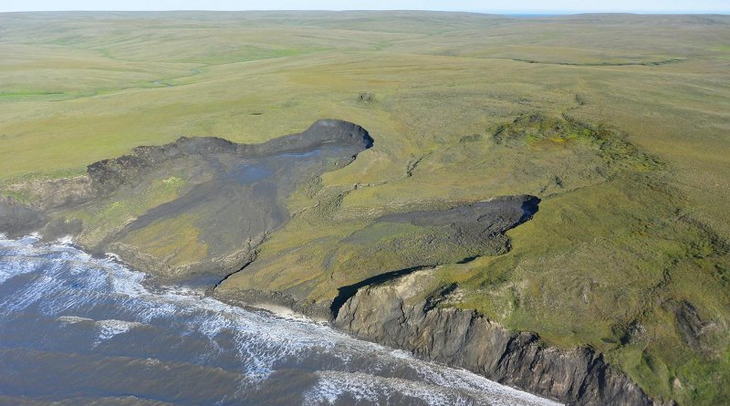 Shoreline retreat and erosion along Arctic coasts (Qikiqtaruk- Herschel Island, Yukon Territory, Canada) rapidly mobilize organic carbon from permafrost deposits, which can be transformed quickly into carbon dioxide or methane. CREDIT G. Tanski, Vrije Universiteit Amsterdam