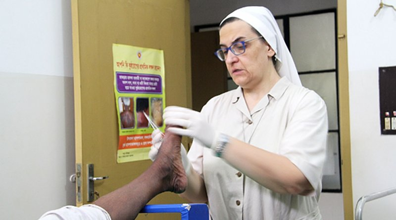 An Italian Catholic PIME missionary nun treats a leprosy patient at Damian House, a church-run hospital in Khulna district of southern Bangladesh. (Photo: Stephan Uttom/UCA News)