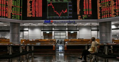 A man looks at the electronic screens at the Malaysian stock exchange Bursa Malaysia in Kuala Lumpur. Photo Credit: S. Mahfuz/BenarNews