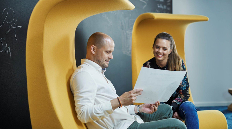 Research shows that unplanned meetings are often the most productive. Here we see Christian Brandt and Siri Olsen Corneliussen of SpareBank 1, before working from home became the company's new norm. Photo: Bård Gudim/SpareBank 1.
