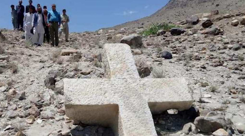Villagers observe the huge Christian cross in Kavardo, Baltistan. (Photo: pamirtimes.net)