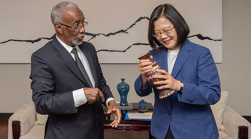 Somaliland Foreign Minister Hagi Mohamoud with Taiwan President Tsai Ing-wen. Photo Credit: VOA, Wikipedia Commons