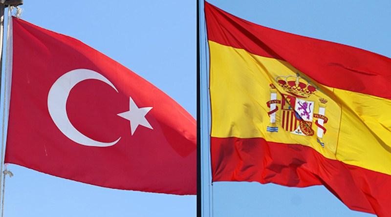 Flags of Turkey and Spain. Photos: Daniel Snelson (CC BY-NC 2.0) & Contando Estrelas (CC BY-SA 2.0)