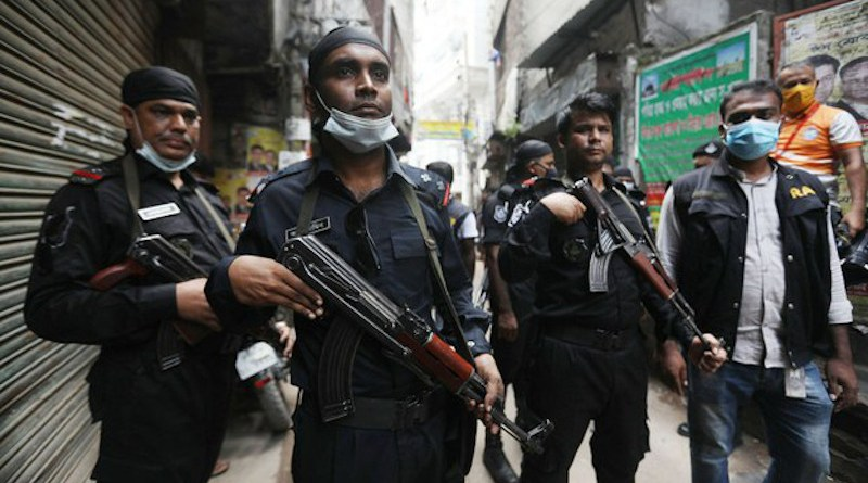 Rapid Action Battalion (RAB) personnel gather in a Dhaka street before raiding a home to arrest a suspect, Oct. 26, 2020. [BenarNews]