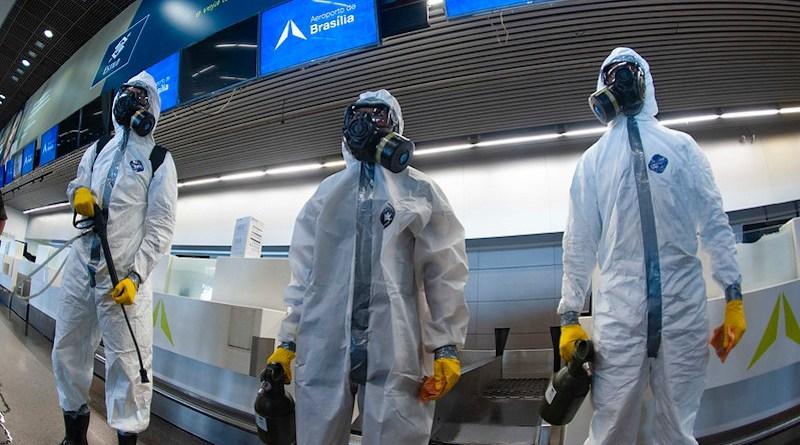 Members of the Planalto Military Command disinfecting Brasilia International Airport in April 2020. Foto: Leopoldo Silva/Agência Senado - Senado Federal (CC BY 2.0)