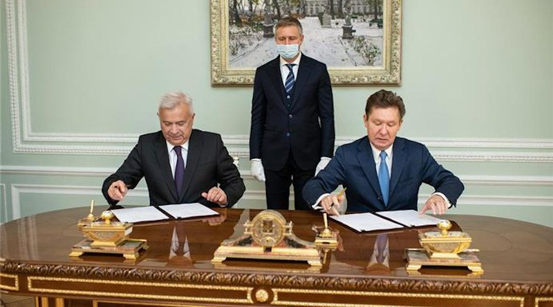 President of LUKOIL Vagit Alekperov and Chairman of the Management Committee of Gazprom Alexey Miller sign agreement. Photo Credit: LUKOIL