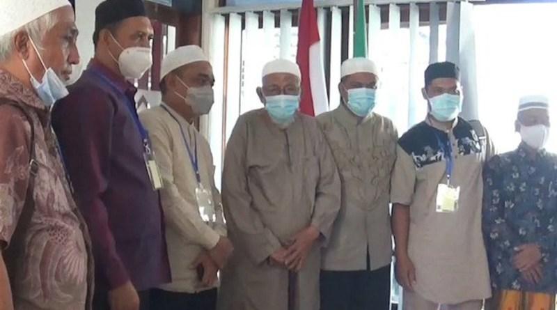 Abu Bakar Bashir (center) meets with school staff members and officials from the National Counterterrorism Agency at his residence at the Al-Mukmin Islamic boarding school in Sukoharjo, Indonesia, Feb. 18, 2021. Kusumasari Ayuningtyas/BenarNews