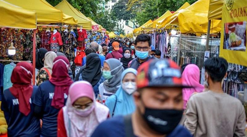 Malaysians visit the Ramadan bazaar at Jalan Tunku Abdul Rahman in Kuala Lumpur, April 25, 2021. [Photo Credit: BenarNews/S.Mahfuz]