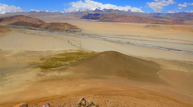The excavation site Su-re is located immediately north of the Mount Everest-Cho Oyu massif (on the left) in the so-called Tingri graben at an elevation of 4,450 meters. CREDIT Luke Gliganic