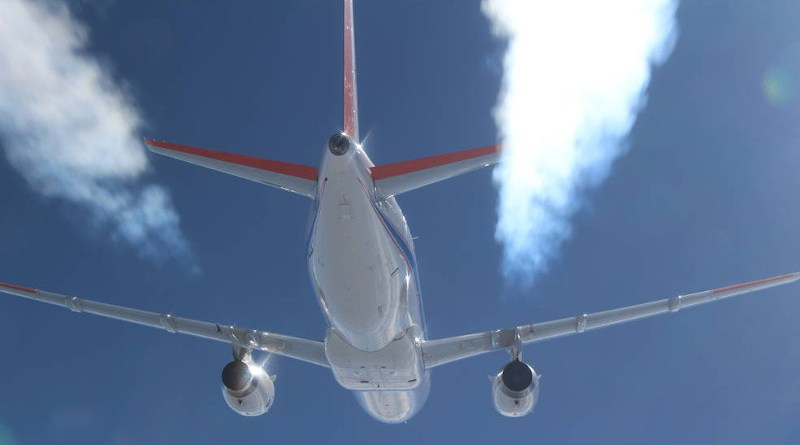 A photo of the DLR ATRA aircraft leaving contrails while using alternative fuels. It was taken from a DLR Falcon during the 2015 ECLIF-I research flights. Credits: DLR